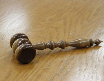 se défendre juge